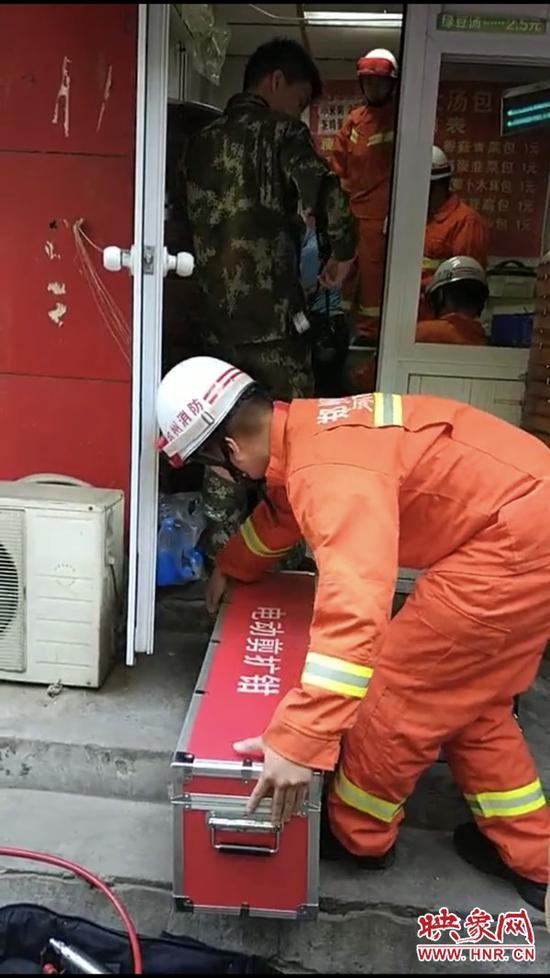 消防人员救人