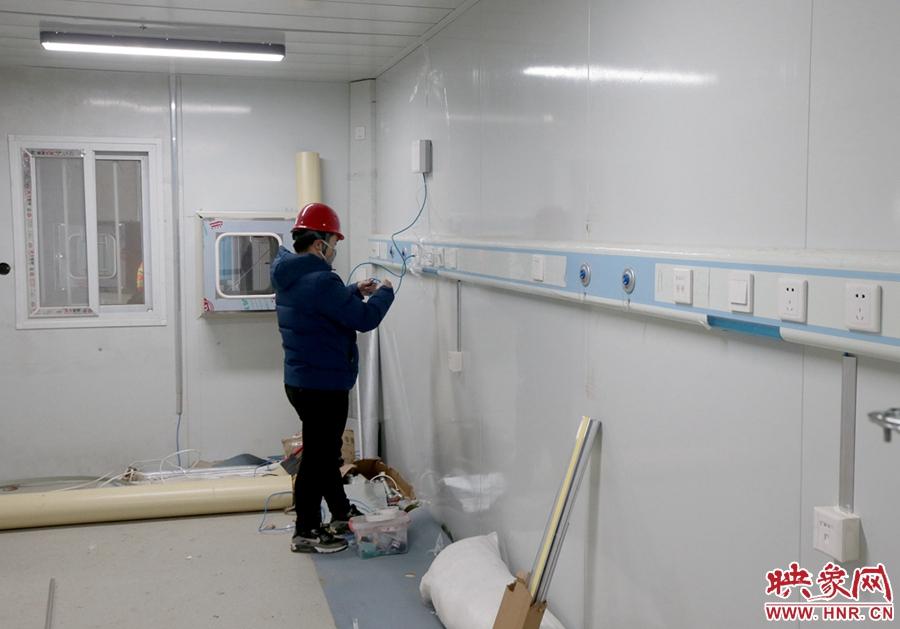 工人师傅安装病房内的医用设备