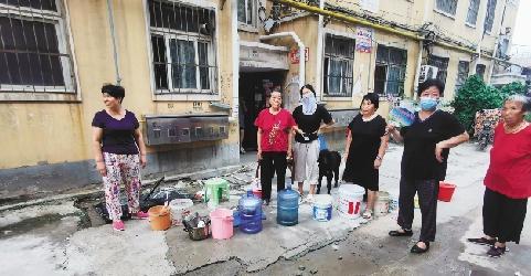居民排队接水