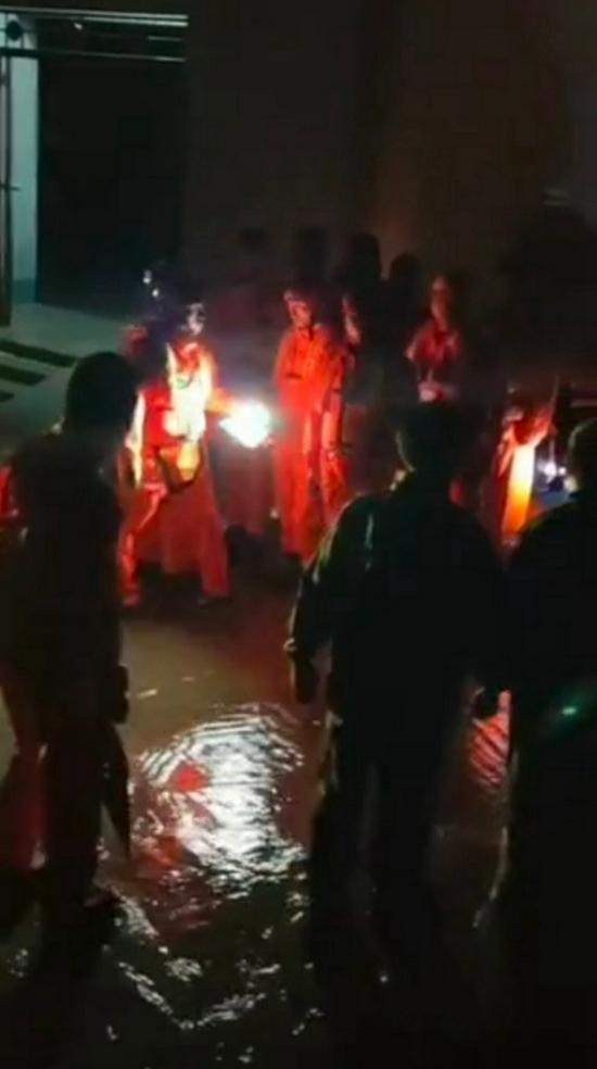 车辆坠河两干部推群众上岸后失踪,官方:护送群众看病时发生