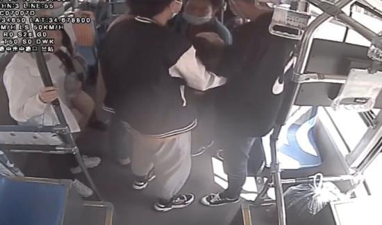 """洛阳女孩乘公交突然晕倒 乘客伸手搭""""人力担架""""护送就医"""