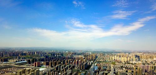 ▲顺着郑州火车站铁轨向北看,能看到起伏的邙山。郑报融媒记者 马健 图
