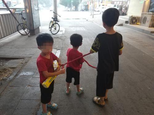 河南捡废品奶奶用绳拴着俩双胞胎孙子 背后故事心酸