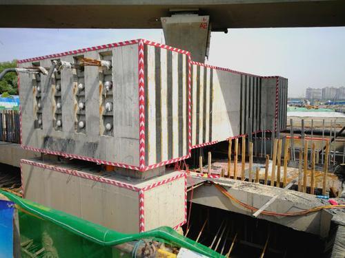 据施工人员介绍,东三环隧道穿越商鼎路站房高架h匝道,并与9#墩柱结构