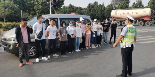 """郑州驾校学员坐着""""超员车""""去考驾照 交警都""""怒""""了"""