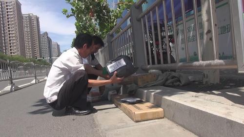 郑州花园路街头冒出一堆快递包