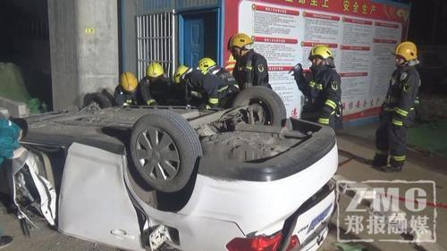 22时11分,消防部门接警后迅速调派力量赶到现场展开救援。