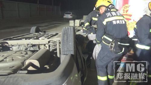 120急救人员检查确认女司机已无生命迹象。