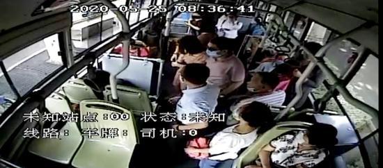 郑州一年轻女子坐公交晕倒 众人伸出援手合力施救
