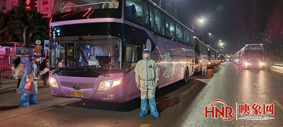 8月4日凌晨 郑州六院连夜转移医护1000余人