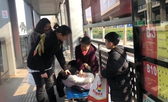 上班首日 郑州一姑娘晕倒公交站台 众乘客一直守护