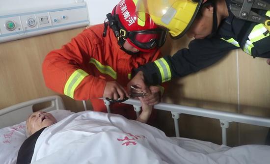 平顶山一住院老人戒指卡手影响治疗 消防员破拆救助