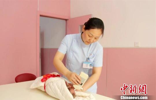 图为工作中的王亚丽。禹州市第二人民医院供图