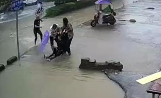 《【摩登4娱乐登陆注册】深水坑中救出骑车女生 这三位好心人找到了!》