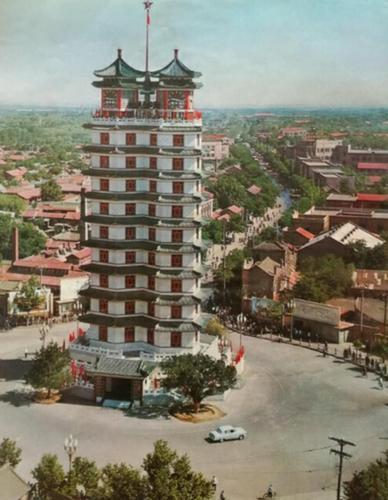 广场上的木塔是童年的梦