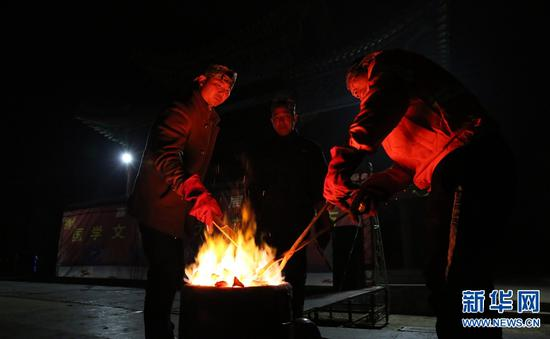 2月1日,在河南省武陟县嘉应观景区,民间艺人在烧熔铁块。