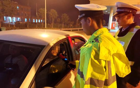 这200辆车违法占应急车道被记6分 河南交警教你如何举报
