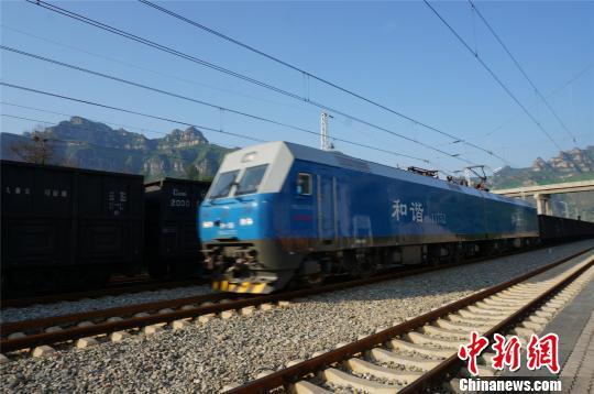 瓦日铁路线上穿行的万吨重载列车。 韩章云 摄