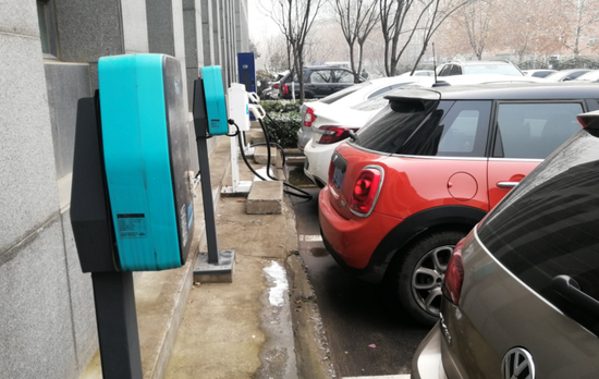 记者走访调查,充电桩车位被燃油车占用严重