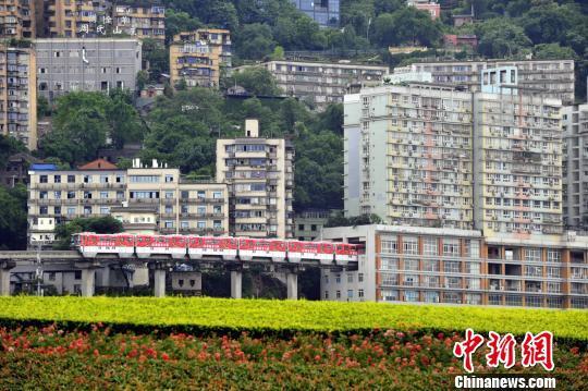 """图为重庆""""网红建筑""""李子坝轻轨站。 钟欣 摄"""