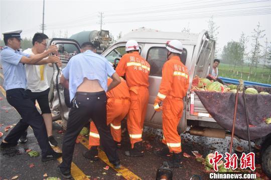 图为消防、交警合力救伤员 韩泽文 摄