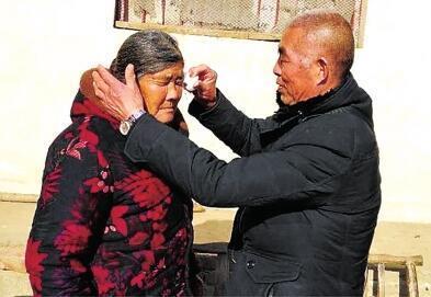 失散二十多年后,两位老人终于相见,他们喜极而泣。