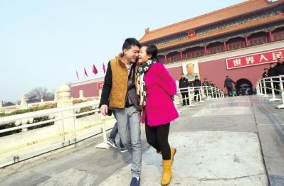 2014年5月,因为看病第一次来北京,海斌和冯莹在天安门前留下亲密合影。
