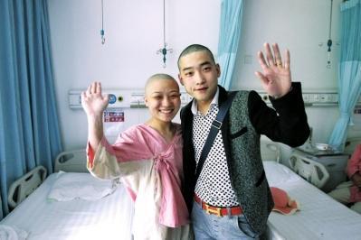 做第二次开颅手术时,海斌为了鼓励冯莹也理了光头。