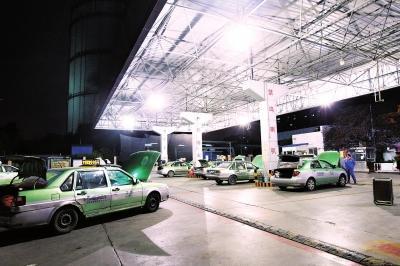 郑州某加气站内,等候加气的出租车。