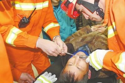 消防官兵将男子鼻子上的鱼钩剪断