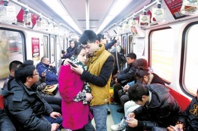北京的地铁上,他们相依相偎。