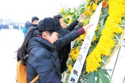 昨日上午,冯莹的追悼会在郑州市殡仪馆举行。