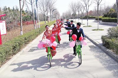 10对新人骑着自行车在千树园绕行