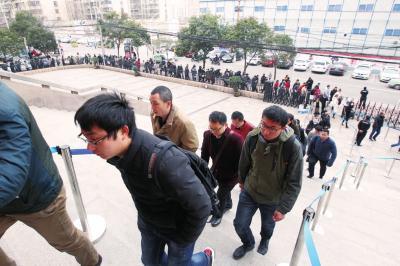求职者在河南人才市场外排起百余米长队