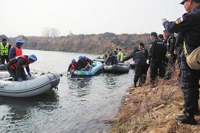 救援队队员将溺水者打捞上岸