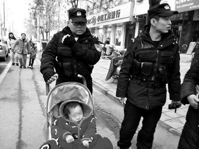 特巡警大队队员带着小女孩找家人