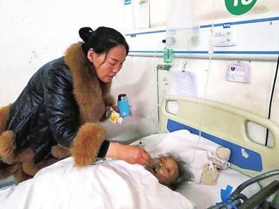 老人被救出后送医检查