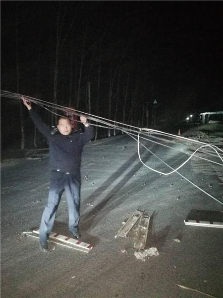 深夜电缆线掉落省道 周口民警手举电缆保畅通