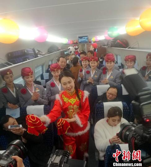 图为列车上的豫剧表演。 刘鹏 摄