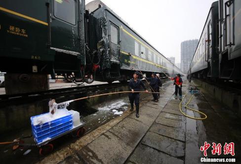 洗车工对列车外部进行清洗。
