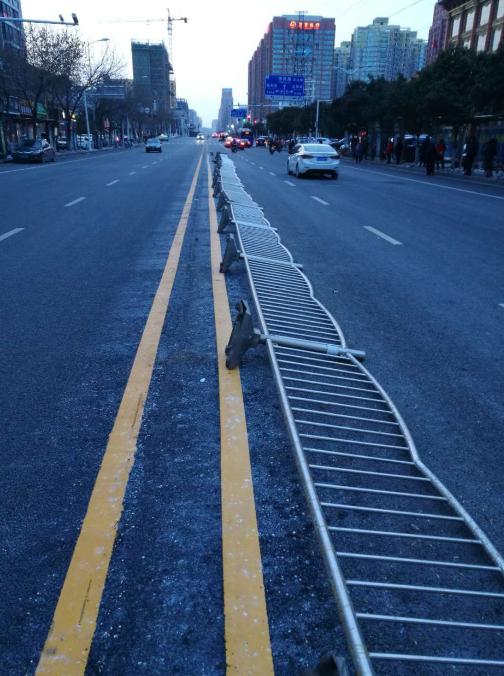今天郑州风有多大?五十多米的护栏生生被刮倒!