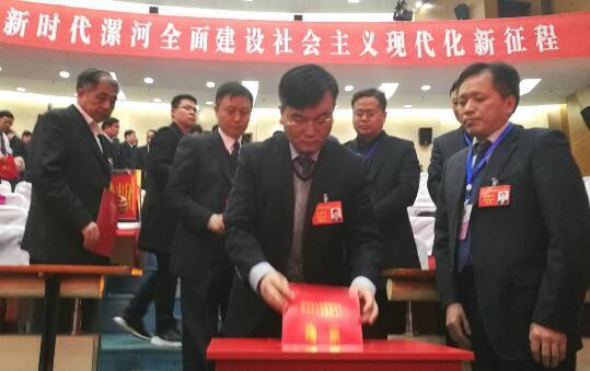 新当选的漯河市人民政府市长、市监察委员会主任,进行了宪法宣誓。