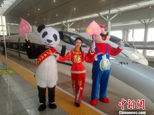 图为卡通熊猫、卡通烩面人物将出发伴随乘客旅程。 刘鹏 摄