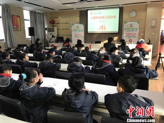 """郑州""""护苗行动——让孩子远离伤害""""首场公益讲座走进校园。郑州警方供图"""