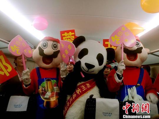颇具河南四川两地地方特色的卡通火锅、卡通烩面、卡通熊猫当日一道现身郑成高铁首发列车上,陪伴乘客旅途。 刘鹏 摄