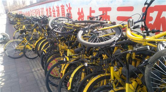 郑州一条路边堆放上千辆