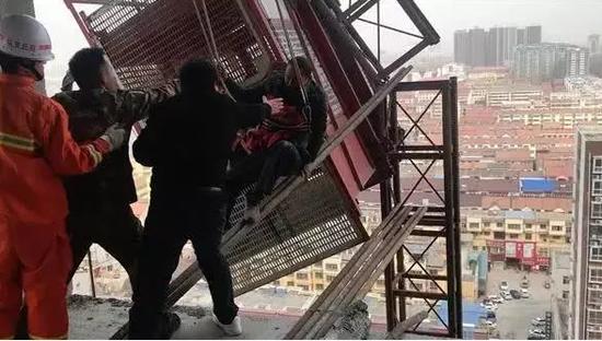 经过10余分钟的紧张救援,两名被困人员得到成功解救。