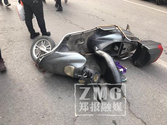 这辆电动车也被撞了