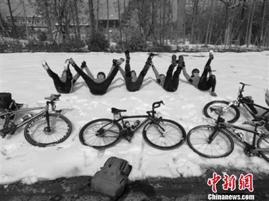 张少洋在骑行返乡途中与队友在积雪上凹造型拍照。 本文图片均为张少洋提供