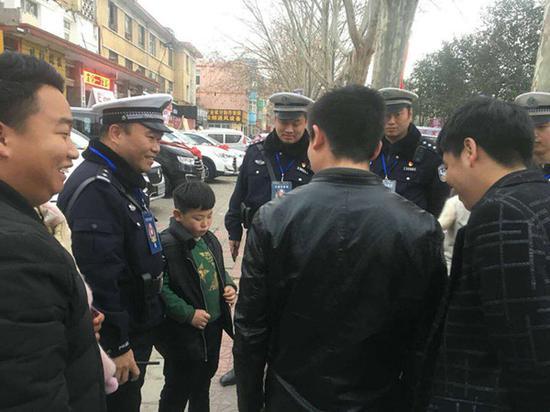 安阳六岁男童庙会走失 高速交警助其与父母团聚